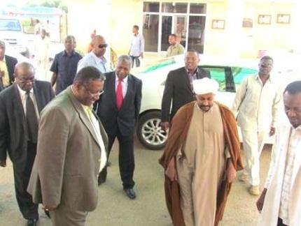 الحسن الميرغني يصل الخرطوم ويلتزم الصمت في لقاء قادة الحزب