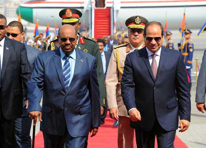السيسي يستقبل البشير بمطار القاهرة وسط ضوابط مشددة