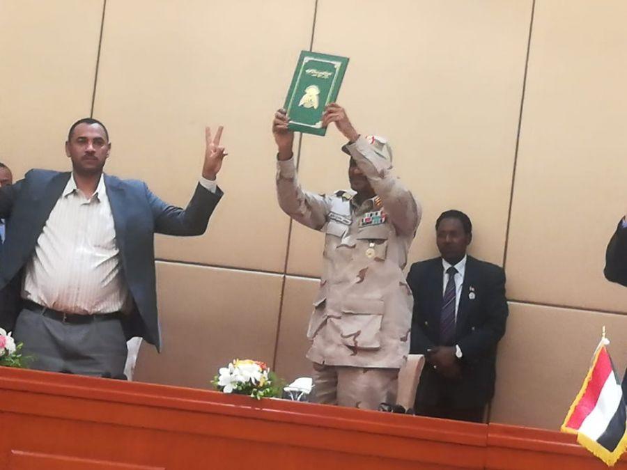 دبلوماسي سابق يتحدث عن التهديدات التي قد تواجه السودان بعد تشكيل المجلس السيادي