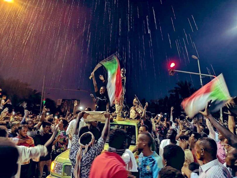 الآلاف يحيون ذكرى فض اعتصام القيادة والجيش يفرقهم