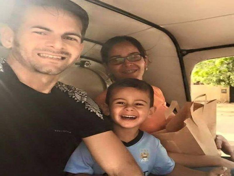 برازيلي الهلال وزوجته يتجولان في شوارع الخرطوم بالركشة.. وطفلهما يبدو سعيداً بالركوب  عليها