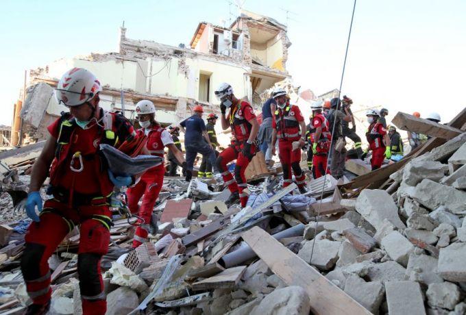 زلزال إيطاليا يقتل 247 شخصاً.. والبحث مازال مستمرا