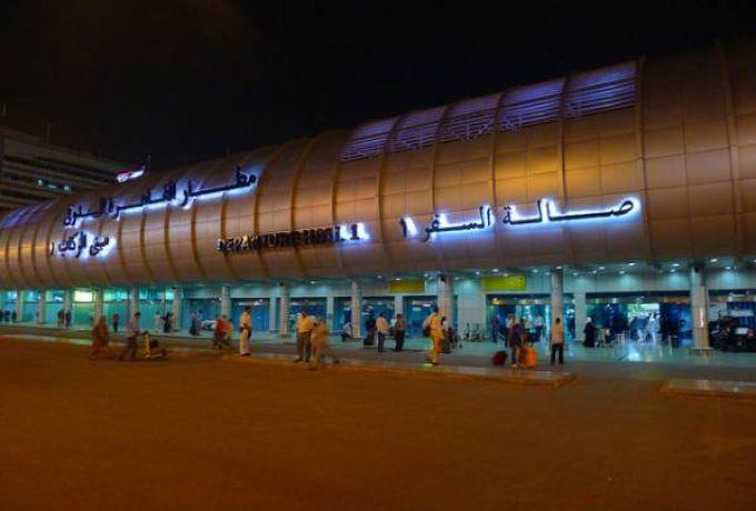 سوداني يثير الإرتباك بمطار القاهرة أثناء ترحيل 40 سودانياً