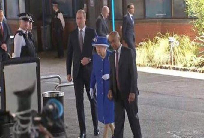 الملكة اليزابيث برفقة مهندس سوداني في زيارة لمبني حريق لندن
