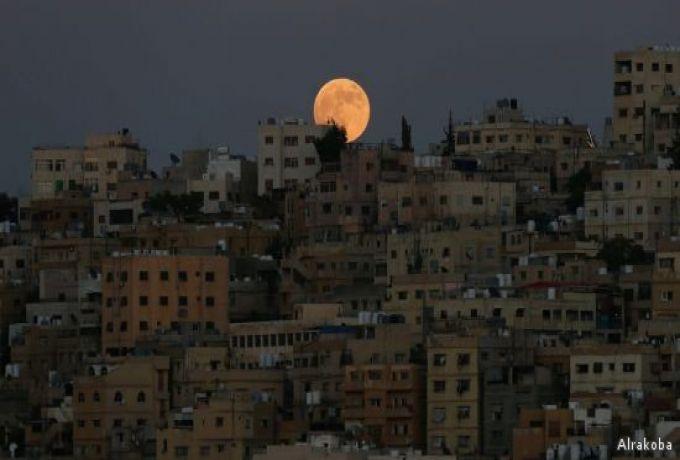 """""""القمر الدموي"""" يبهر مراقبي النجوم في العالم في أطول خسوف"""