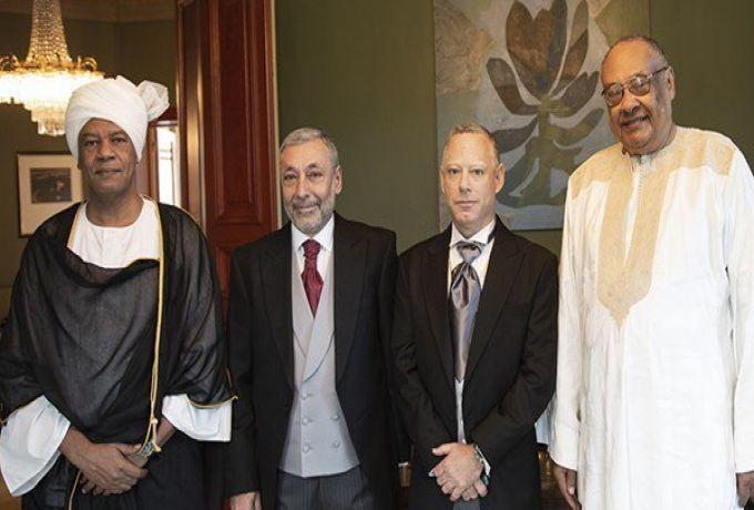 سفير سوداني يوضح مبررات صورة جمعته بسفير اسرائيلي