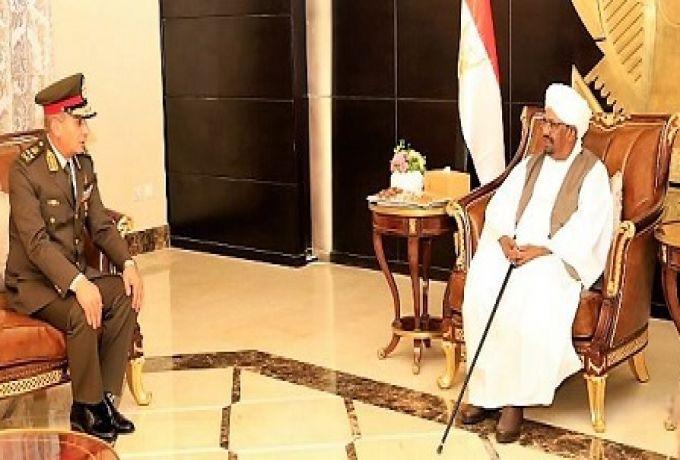 البشير يلتقي وزير الدفاع المصري ويشيد بتطور العلاقات بين البلدين