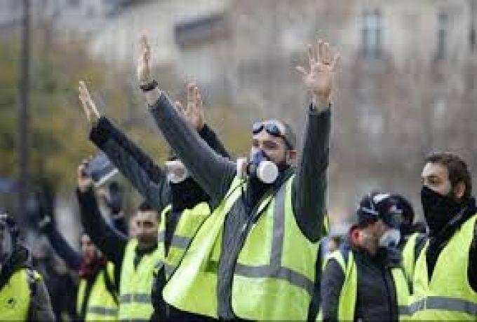 """""""السترات الصفراء"""" يربكون طرق فرنسا ..إحراق اكشاك الرسوم"""