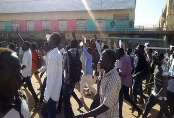 احتجاجات ام درمان أغلقت شارع النيل لساعات