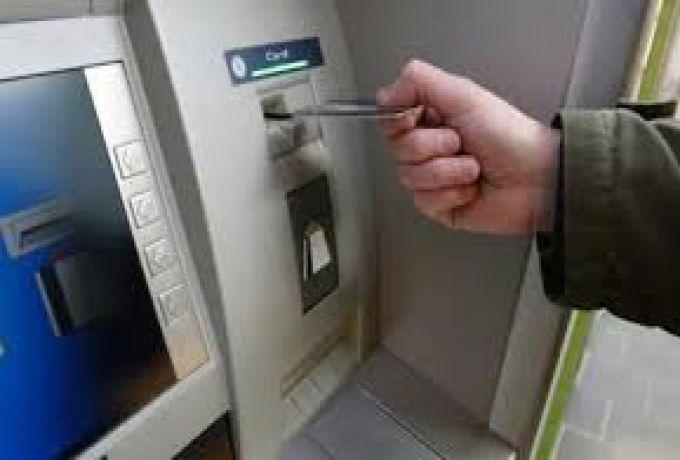 مواطنون يشكون من دفع مقابل في صفوف الصرافات الآلية