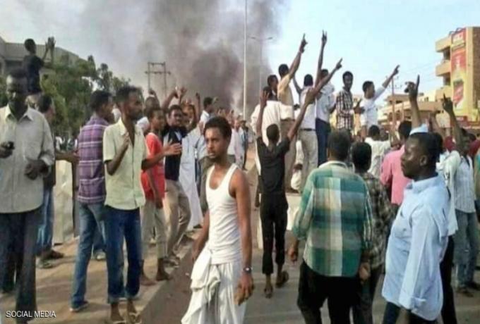 صحفي سوداني يروي مشاهد بطولية للمتظاهرين في مواجهة  جيش مدجج