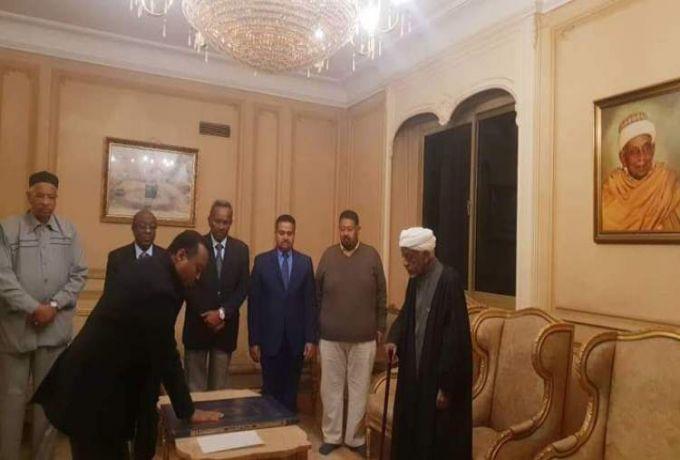 جعفر الميرغني يؤدي القسم نائباً لوالده في الحزب الاتحادي بديلاً للحسن
