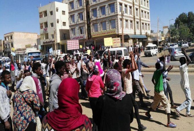 """موقع الجزيرة : تظاهرات السودان تتواصل ..و""""35"""" محامياً في قضية """"الخير"""""""