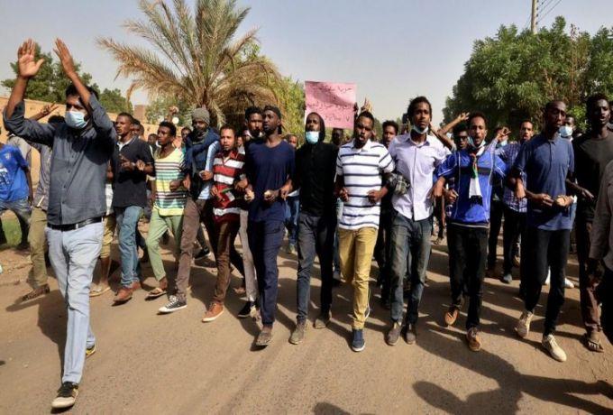 شباب لا تتجاوز أعمارهم الثلاثين ينضمون للتظاهرات