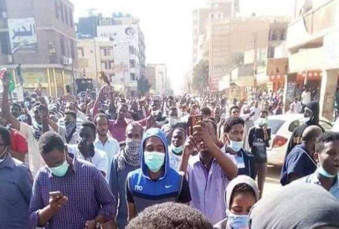 """السودان ..""""3 مسيرات"""" في يوم واحد ،الحكومة تعلن انحسار الاحتجاجات"""