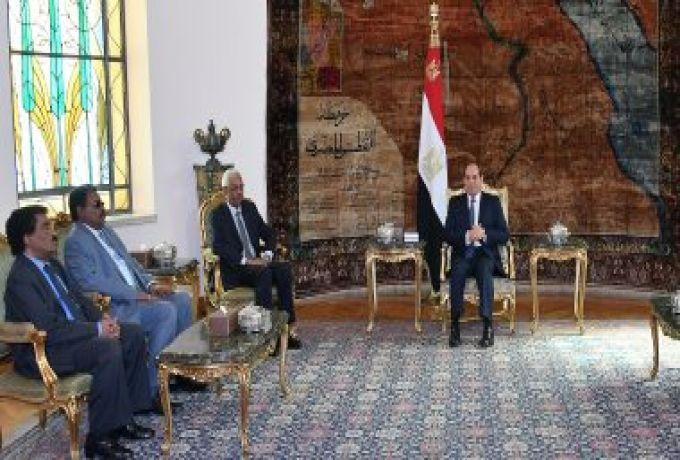 النائب الأول يعود من القاهرة بعد بحث تطور العلاقات بين البلدين