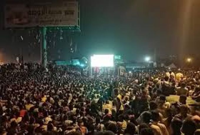 """ماكرون يدعو """"اصحاب السترات الصفراء"""" بالتأسي بالثوار السودانيين"""