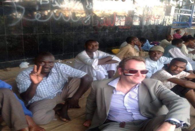 السفير البريطاني يقتحم ساحة الاعتصام ويرسم علم السودان على وجهه