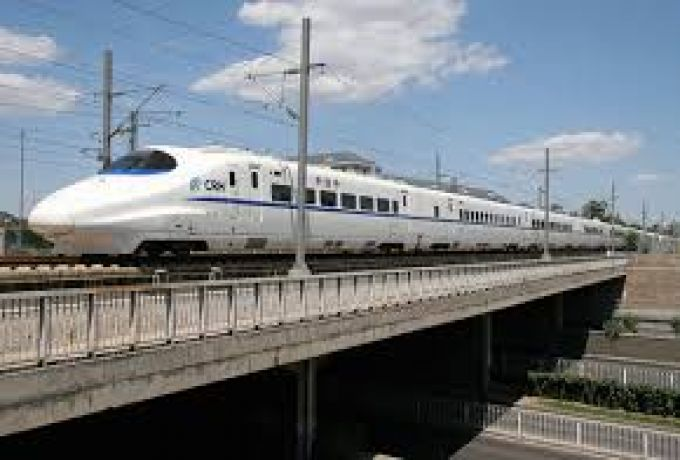 المئات من عربات القطارات المحملة بالبضائع تنتظر فتح المتاريس