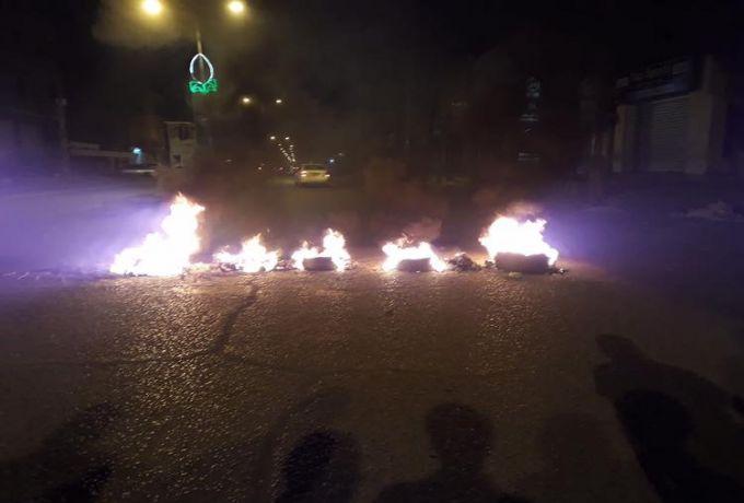 بعد سقوط المئات ..محتجون يغلقون شوارع رئيسة بوسط الخرطوم