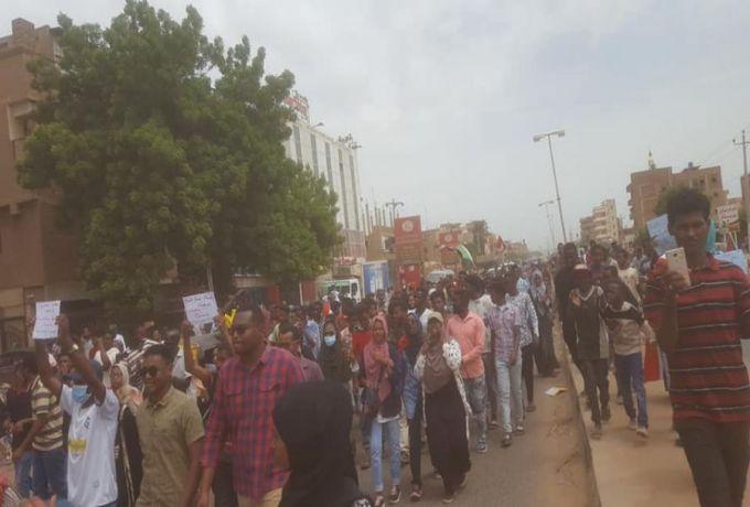 الشرطة تتهم جماعات مسلحة بقتل المتظاهرين في سوق ليبيا
