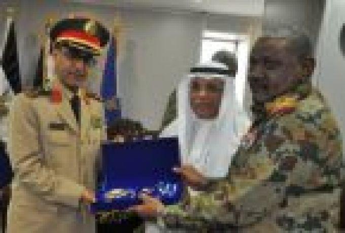 """البرهان يمنح الملحق العسكري السعودي """"وسام النيلين"""""""