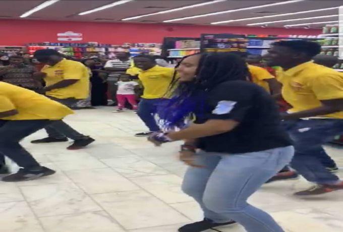 صور: رقص فتاة وسط مجموعة شباب في إفتتاح أحد مولات الخرطوم يثير دهشة رواد مواقع التواصل