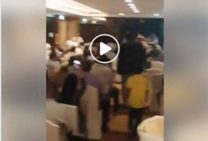 لحظة طرد أحد منسوبي نظام المخلوع البشير خلال ندوة في الدوحة