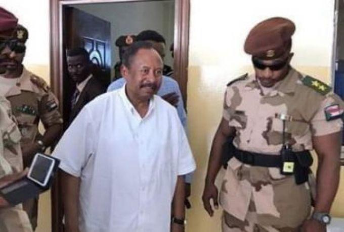 """""""قميص أبيض نص كم"""" لرئيس الوزراء يثير ضجة في السودان… ومسؤول يكشف حقيقة استياء الجيش"""