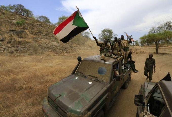 القوات السودانية الليبية تحرر 145 سودانيا من قبضة عصابة تجار البشر