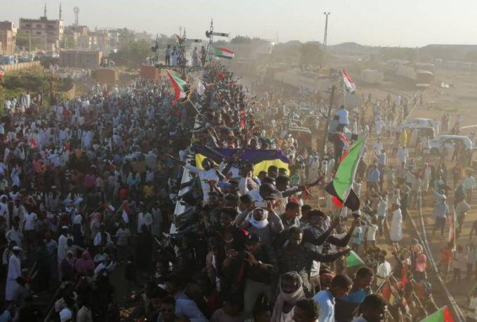 السودان.. مهنيون بالنيل الازرق يفشلون حفل وداع مدير الضرائب ويحتفلون بذكرى الثورة