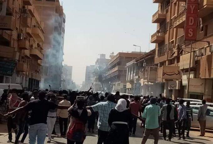كروفر بين المتظاهرين ورجالات الشرطة بالقرب من القصر الجمهوري