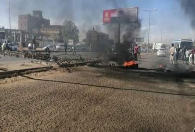 محتجون يغلقون شارع عفراء