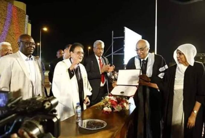 جامعة الاحفاد للبنات تمنح الفنان الكابلي الدكتوراة الفخرية