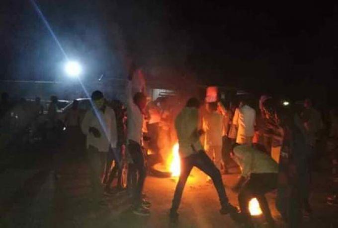 متظاهرون يترسون الشوارع في أمبدة والفتيحاب