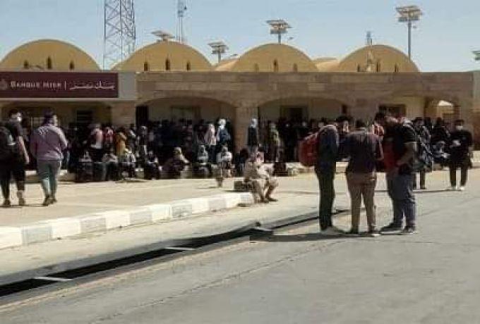 أوضاع مأساوية للعالقين في مصر