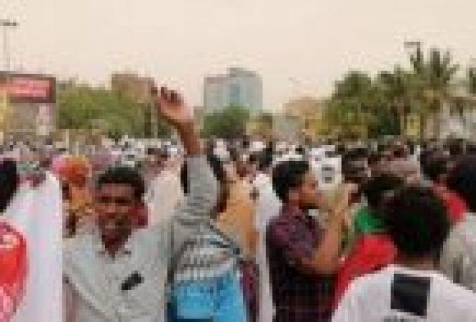 متظاهرون في الخرطوم يطالبون بتسلم الجيش السلطة واحتكاكات مع لجان المقاومة