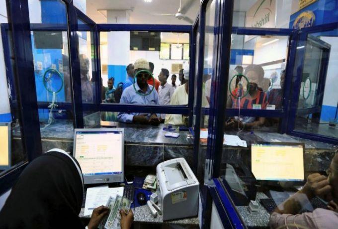 خبير اقتصادي يحذر من انعدام السيولة بسبب تحرير العملات