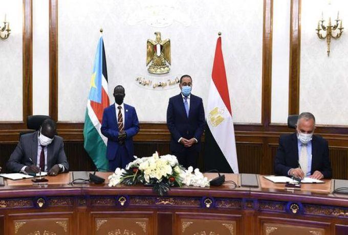 رئيس الوزراء المصري ونائب رئيس جنوب السودان يشهدان التوقيع على وثائق لتعزيز التعاون المشترك بين البلدين