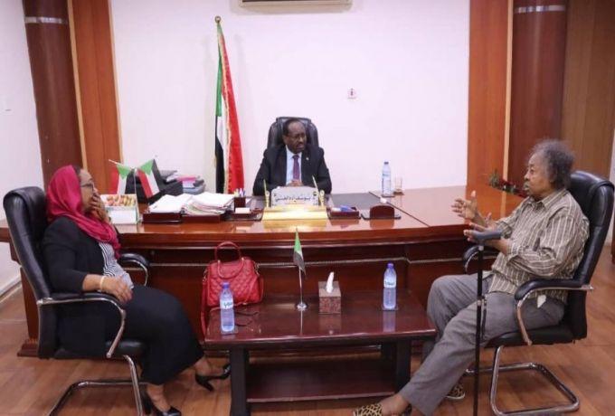 الوزير الاتحادي يناقش ازمة المريخ مع الوزيرة الولائية هنادي الصديق  البروف شداد