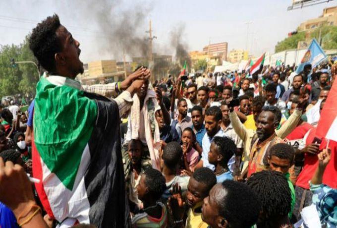 مدن السودان تنتفض لدعم الحكم المدني.. والشرطة تفرّق المتظاهرين بـ«الغاز»